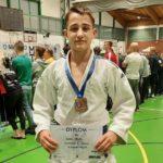 Oliwier Nowok z medalem i dyplomem